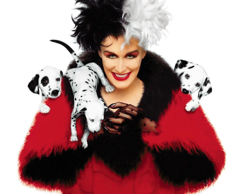 Cruella de Vil con sus dálmatas pequeños en película del 1996