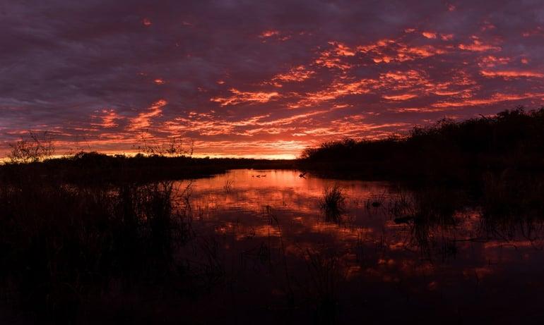 Atardecer de nubes y fuego en el  Chaco Paraguayo - Tetsu Esposito