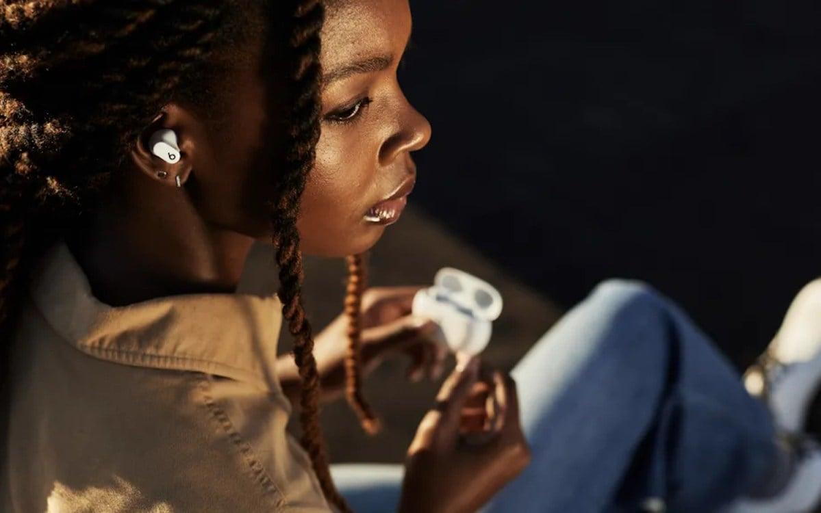 Mujer morena escuchando música con los Beats Studio Buds