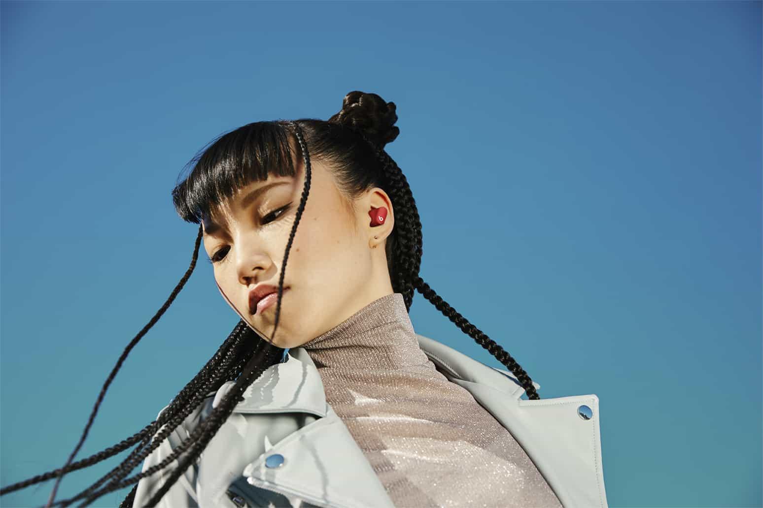 Mujer Oriental posando con los Beats Studio Buds