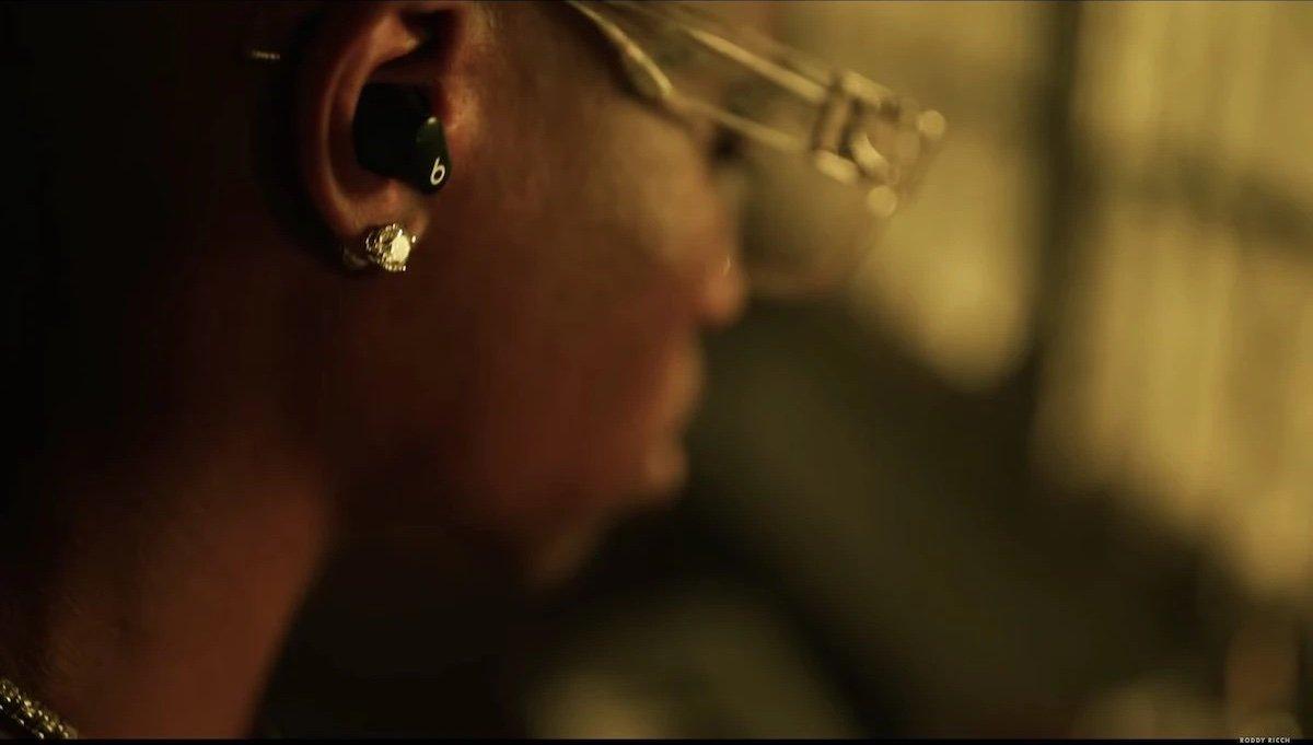 Roddy Ricch usando los Beats Studio Buds