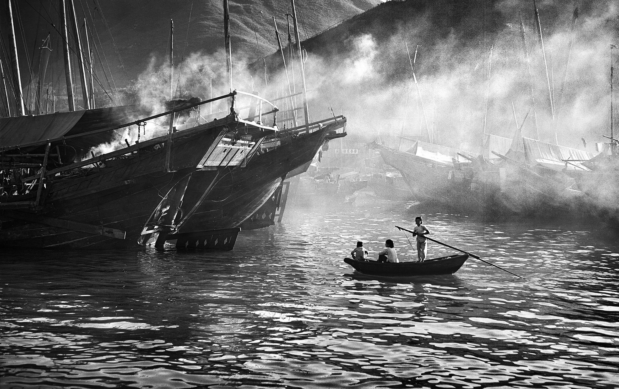Pessoas andando num barco perto de navios