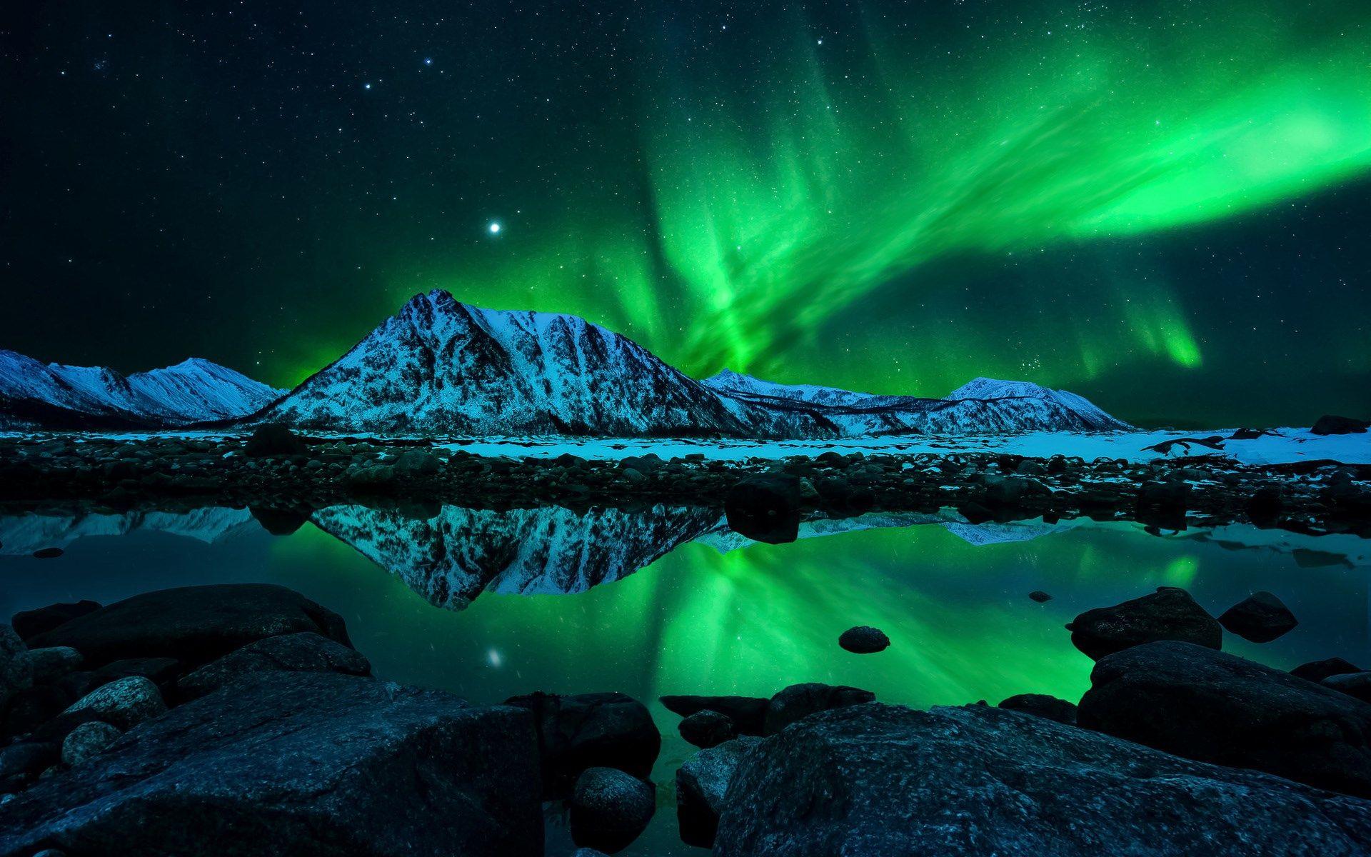 Noruega y sus fantásticas auras boreales con montañas