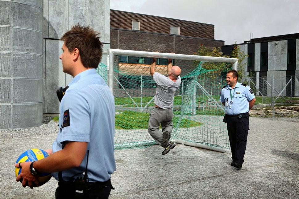 Policias y Prisioneros conviviendo en la prisión de Halden
