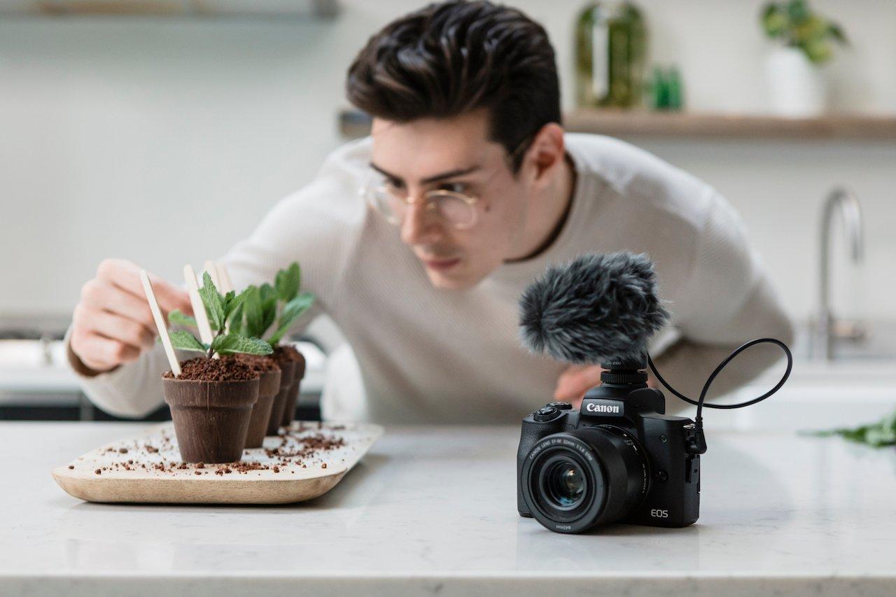 Matt Adlard, mostrando cómo generar contenido con la Canon M50 Mark II