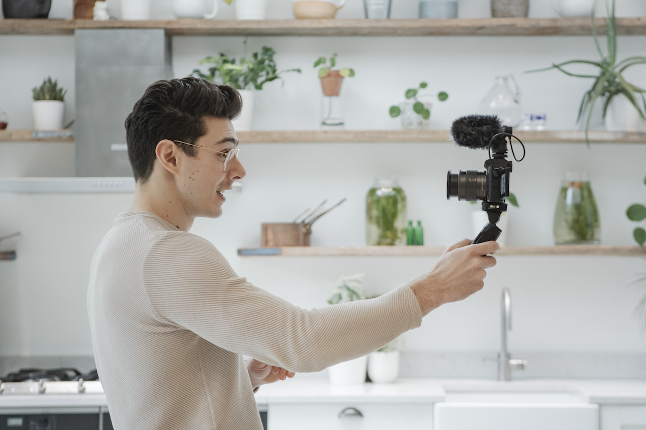 Matt Adlard grabando un videoblog en selfie