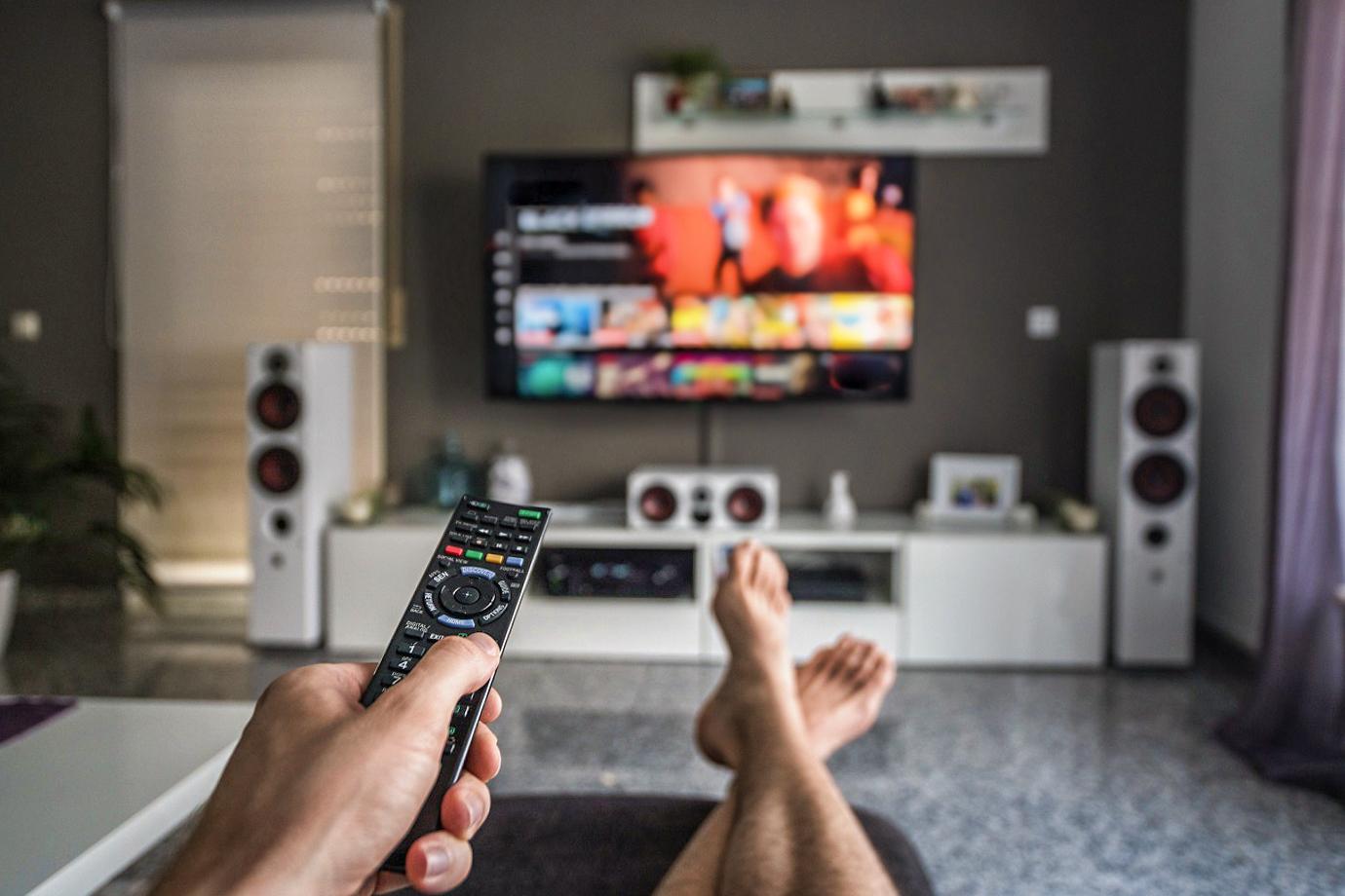 homem vendo smart tv