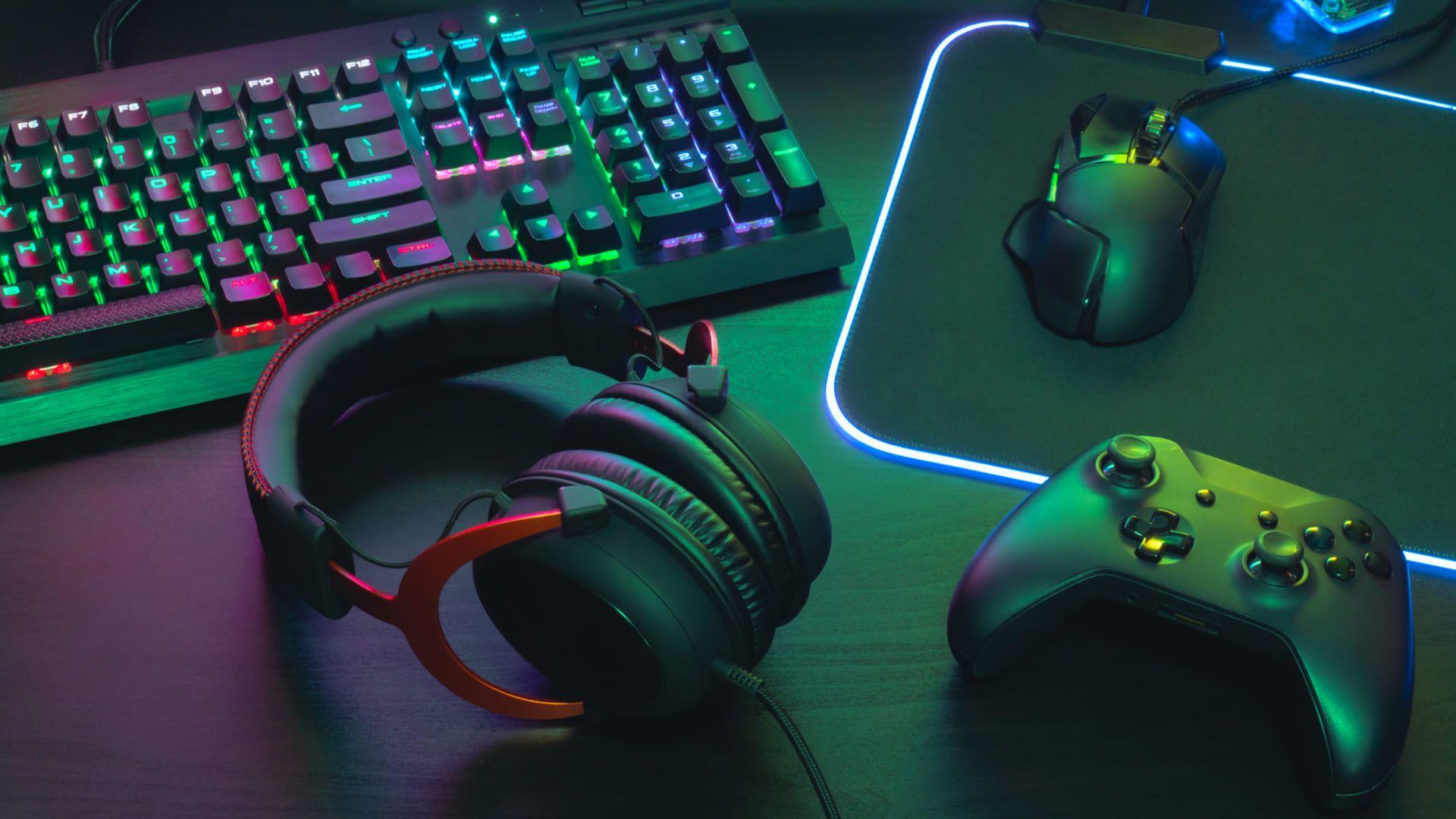 Acessórios gamers sobre mesa de computador