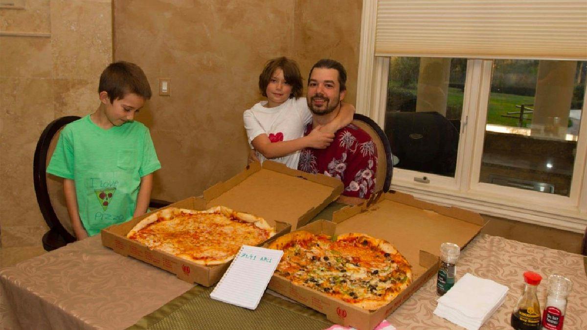 Lazlo Hanyecz, em Jacksonville comendo pizzas pagas com bitcoins