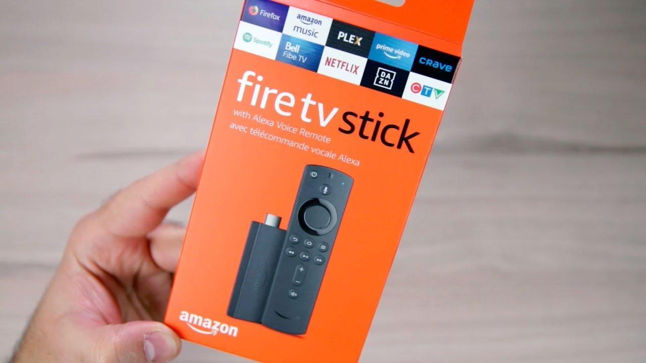 mão segurando tv stick 2ª geração